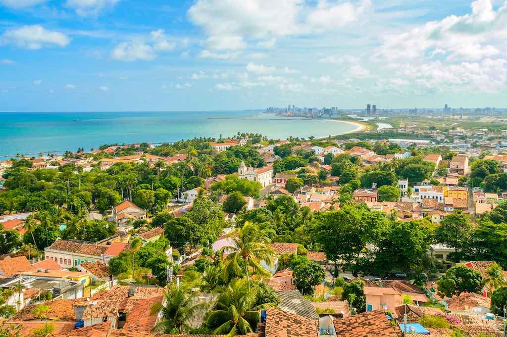 Casco antiguo brasileño de Olinda, vista aérea con la ciudad de Recife al fondo. La ciudad de Brasil con más turismo: 10 cosas que ver en Recife y Olinda