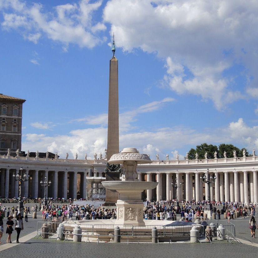 Obelisco y una de las fuentes de la Plaza de San Pedro del Vaticano