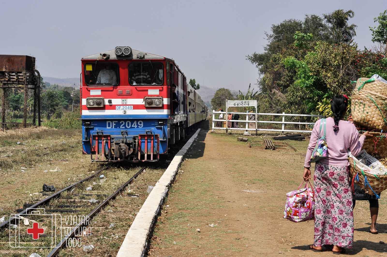 Tren para cruzar el viaducto de Gokteik