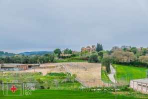 Sant Miquel de Cruïlles, sobre la colina