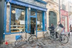 Delante de la pastelería