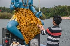 Realizando ofrendas sagradas