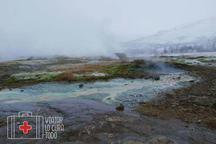 La tierra humea en Geysir