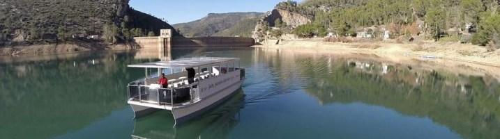 Navegar en un barco solar por el embalse de El Tranco