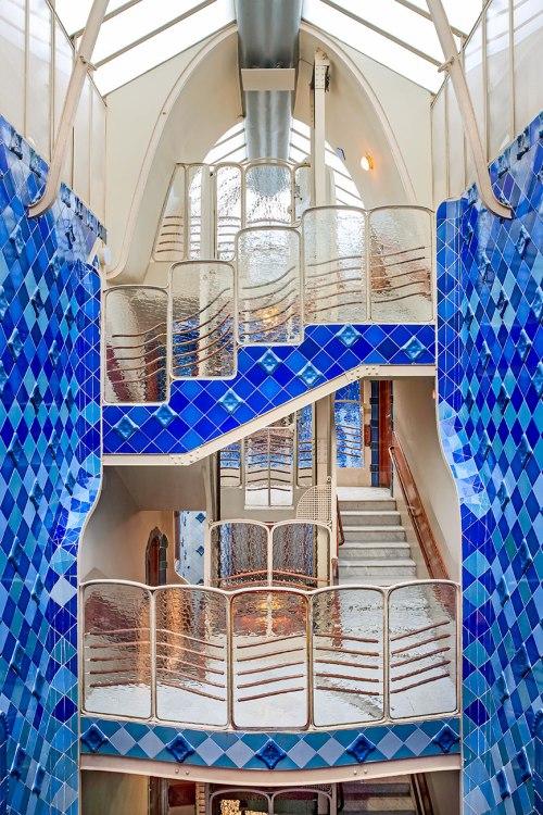 Patio interior azul de la casa Batllò en Barcelona