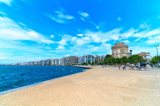 thessaloniki-the-white-tower-in-salonica-with-an-old-carriage-in-front-greece