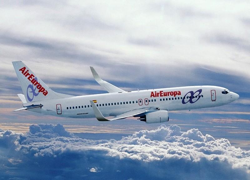 Air_Europa_Boeing_737-800_en_vuelo__hoiz