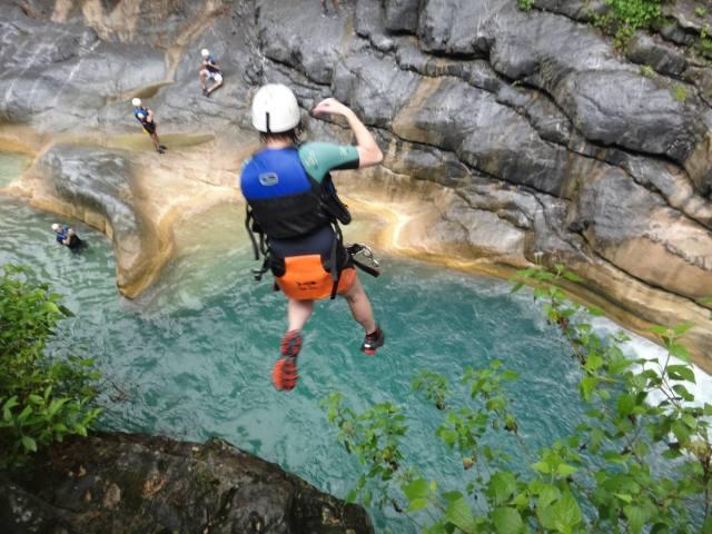 Saltando al agua desde lo alto en matacanes