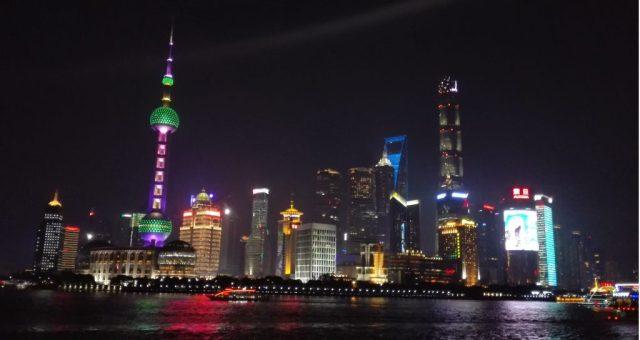 Vista nocturna de los rascacielos en Shanghai.