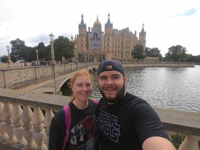 Chadmax y familia en Schwerin, Alemania. Castillo de frente.