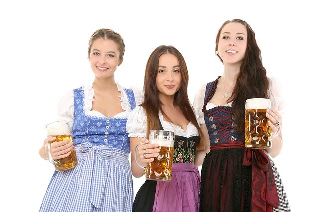 chicas con cerveza y traje aleman tradicional