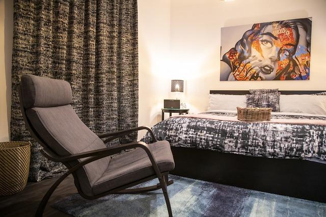 una cama y un sillón en una habitación estilo urbano
