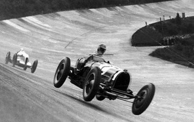 Bólido lanzado en una carrera de los años 20 en el autódromo de Terramar