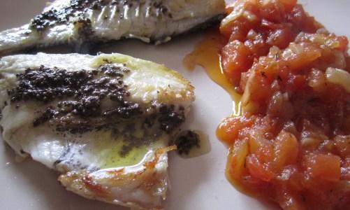 """Lomos de dorada con compota de tomate y aceite de olivada negra """"La cocina de Mar"""""""