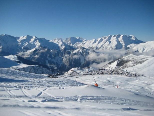 Pueblo y montañas de Alpe d'Huez (Francia)