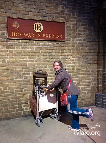 En la Plataforma 9¾ queriendo atravesar la pared con mi carro de equipaje :P