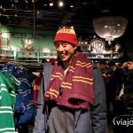 Martín probándose la bufanda y gorro de Gryffindor