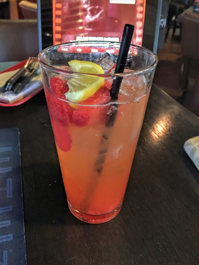 Freckled Lemonade, com frutas e é refil