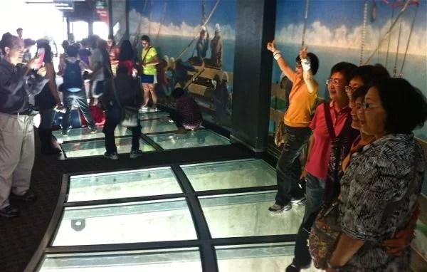 Turistas na CN Tower