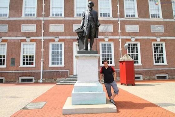 Escultura de George Washington em frente ao Independence Hall em Philadelphia
