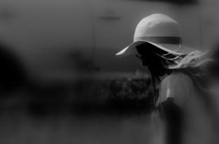 Chica joven con sombrero