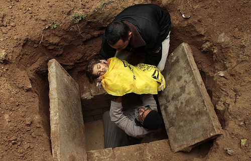 Amir Farshad Ebrahimi's photo of two men burying a Palestinian child