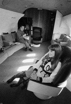 2EDB145000000578-3336270-Forget_tiny_screens_on_the_backs_of_seats_the_plane_s_film_room_-a-26_1448639711043