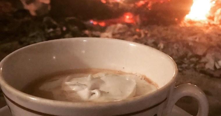 En kopp varm choklad med grädde (Paleo/AIP)