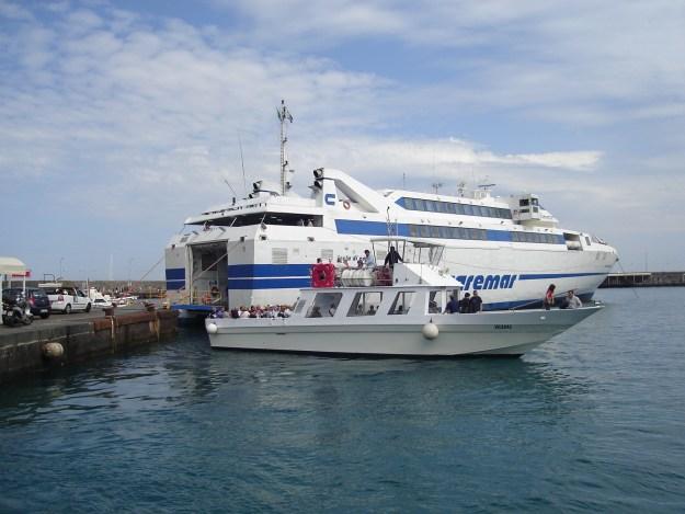 Atrás, o ferry boat da Caremar. Na frente, a lancha da Laser Capri em que é feito o passeio ao redor da ilha. Foto: Marcelle Ribeiro