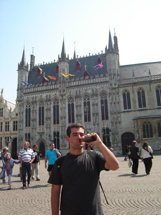 Gui tomando uma cerveja em frente ao Stadhuis. Foto: Marcelle Ribeiro.