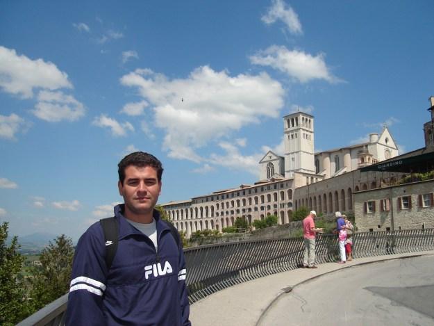 Meu maridão com a Basílica de Assis ao fundo. Foto: Marcelle Ribeiro