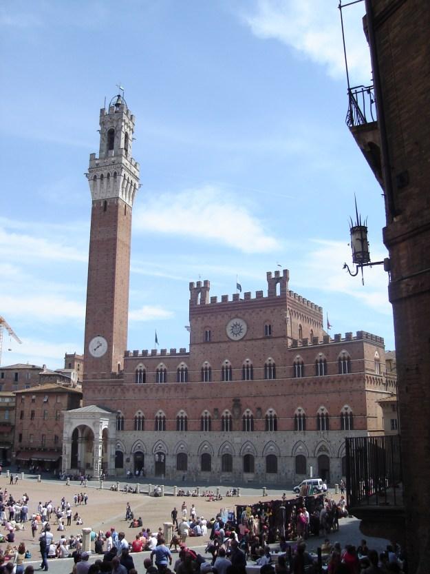 A Piazza del Campo, com a Torre del Mangia e o Palazzo Pubblico. Foto: Marcelle Ribeiro