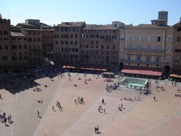 A vista da Piazza del Campo, com a Fonte Gaia (na metade da subida da Torre del Mangia). Foto: Marcelle Ribeiro