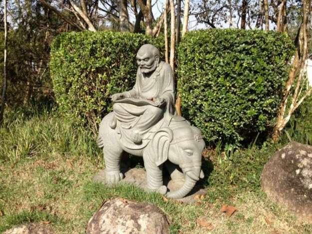 templo budista em cotia estatuas