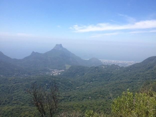 A Pedra da Gávea, a Pedra Bonita e as praias da zona oeste vistas do Pico da Tijuca. Foto: Marcelle Ribeiro