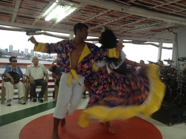 Apresentação de danças típicas no passeio de barco. Foto: Marcelle Ribeiro