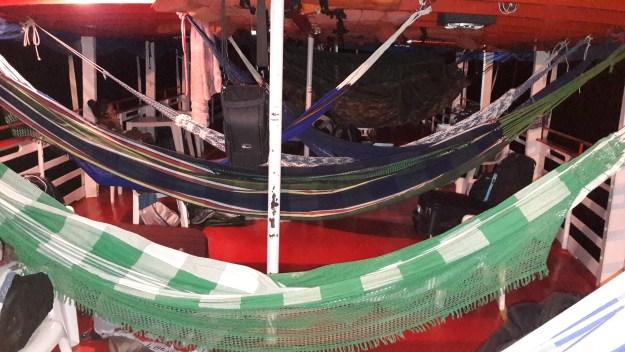 """Redes em barco: opção de """"hospedagem"""" na Amazônia. Foto: Marcelle Ribeiro."""