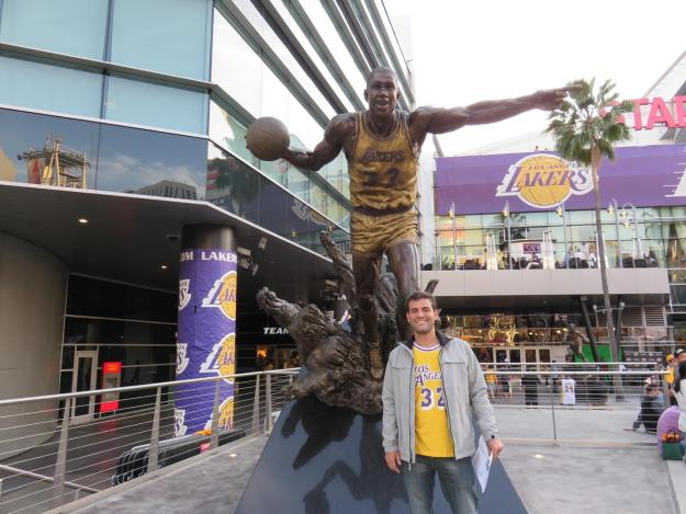 "Eu e Earvin ""Magic"" Johnson na entrada do Staples Center. Foto: Marcelle Ribeiro"
