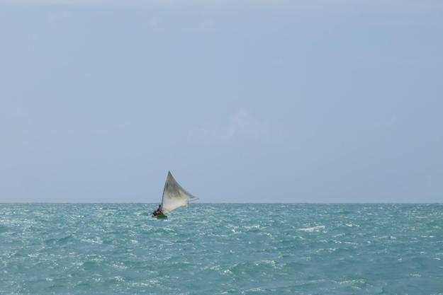 O barco balança pouco até as piscinas naturais de Japaratinga. Foto: Marcelle Ribeiro