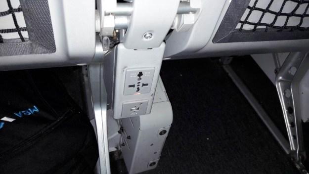 tomada para carregar celular no avião (Copy)