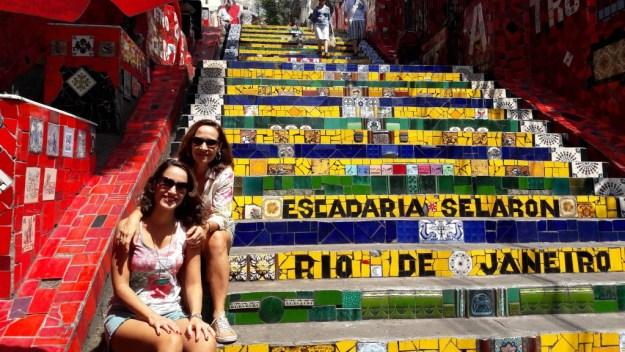 Eu e minha mãe descansando nos degraus... Foto: Guilherme Calil