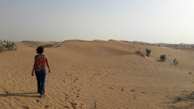 mulher caminhando deserto dubai safari