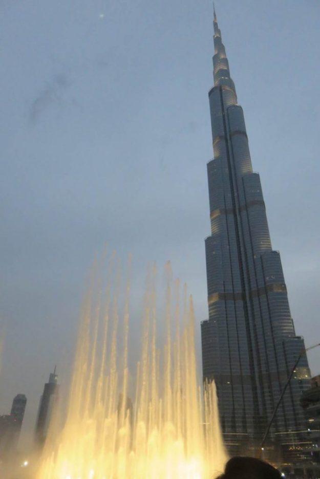 O show da Dubai Fountain e, ao fundo, o Burj Khalifa. Foto: Marcelle Ribeiro