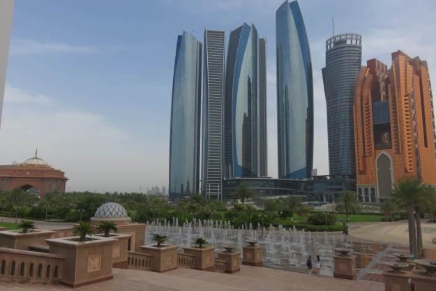 Prédios modernos de Abu Dhabi vistos do Emirates Palace. Foto: Marcelle Ribeiro