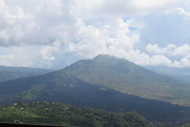 Vista do vulcão Batur no restaurante, em Kintamani. Foto: Marcelle Ribeiro