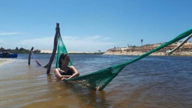 marcelle descansando na rede da lagoa do uruaú passeio das 3 praias