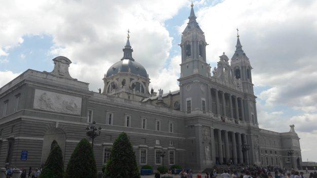 madrid-fachada-catedral-almudena