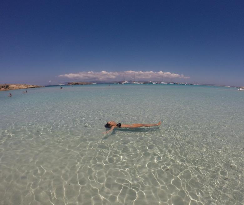 mulher boiando mar formentera espanha