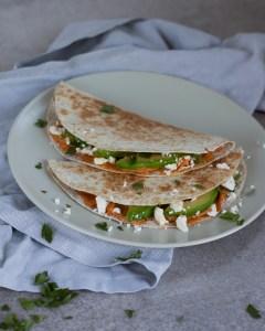 Quesadillas met hummus, feta en avocado