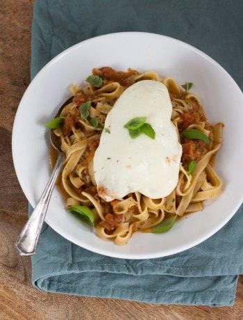 Vicky van Dijk | Pasta pomodori met mozzarella kipfilet